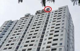 Giải cứu nam thanh niên trèo lên nóc chung cư ở TP Hồ Chí Minh đòi tự tử