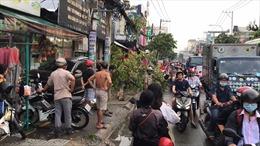 Ô tô 7 chỗ đâm hàng loạt xe máy, 2 người bị thương