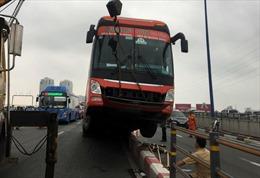 Xe khách Phương Trang tông dải phân cách trên cầu Sài Gòn