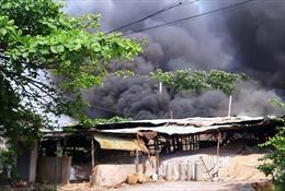 Cháy lớn tại xưởng gỗ rộng hàng trăm m2 ở TP Hồ Chí Minh