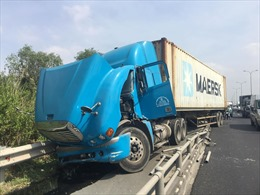 Container 'đại náo' cao tốc, người đi đường khiếp vía