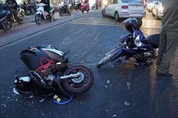 Ô tô mất lái đâm nhiều xe máy, 3 người bị thương