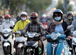 TP Hồ Chí Minh đón không khí lạnh dưới 20 độ C, người dân mặc áo ấm khi ra đường
