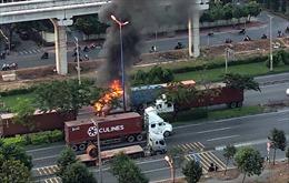 Xe container cháy dữ dội trên Xa lộ Hà Nội, lái xe may mắn thoát chết