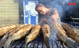 Phố cá lóc nướng 'nghi ngút' ngày cúng ông Công ông Táo
