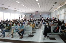 Lo dịch COVID-19, hàng trăm người dân đến ga Sài Gòn đổi, trả vé tàu Tết