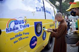 Xe buýt phát khẩu trang miễn phí cho người dân vui Xuân đón Tết