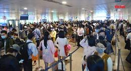 Sân bay Tân Sơn Nhất đông nghịt khách về quê ăn Tết