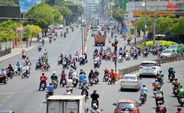 Người dân TP Hồ Chí Minh chống chọi dưới nắng nóng 38 độ