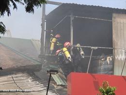 Cháy lớn sát trường học ở trung tâm TP Hồ Chí Minh, sơ tán khẩn cấp học sinh