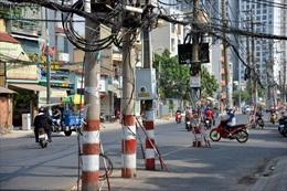 Hơn 60 cột điện ngả nghiêng giữa đường, đe dọa người tham gia giao thông