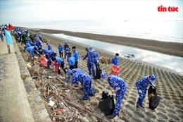 Ra quân làm sạch biển, trồng cây xanh hưởng ứng 'Vì một Việt Nam xanh'