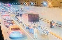 Bốn ô tô đâm liên hoàn trong hầm vượt sông Sài Gòn