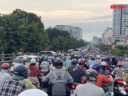 Trận mưa lớn sáng cuối tuần khiến người dân TP Hồ Chí Minh 'quay cuồng' trong cảnh kẹt xe