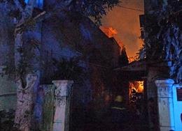 Cháy xưởng gỗ giữa đêm khuya, khu dân cư một phen hoảng loạn