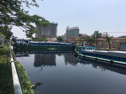 Sà lan mất lái kẹt ngang kênh Tàu Hũ TP Hồ Chí Minh