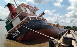 TP Hồ Chí Minh hạn chế giao thông đường thủy do lật tàu chở container