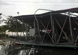 TP Hồ Chí Minh: Dông lốc kinh hoàng quật đổ bảng quảng cáo, người đi đường