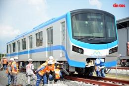 Cận cảnh đoàn tàu số 2 được hạ đặt xuống đường raydepot Long Bình