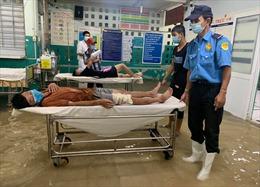Bệnh nhân, cán bộ y tế Bệnh viện Đa khoa khu vực Hóc Môn lội bì bõm trong nước ngập sau mưa