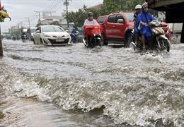 Mưa kéo dài nhiều giờ, hàng loạt tuyến đường ở TP Hồ Chí Minh ngập trong nước