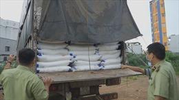 'Đột kích' bãi xe, phát hiện hơn 140 tấn đường nghi nhập lậu