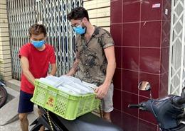 Anh Tây 'hoá' shipper phát cơm từ thiện cho người nghèo tại TP Hồ Chí Minh