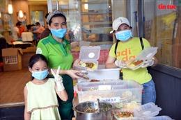 Cô bé 10 tuổi mắt đen láy, ngày ngày phụ nấu cơm ủng hộ tuyến đầu chống dịch