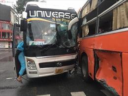 Hai xe khách đâm nhau, hàng chục bác sĩ, nhân viên y tế một phen hoảng loạn