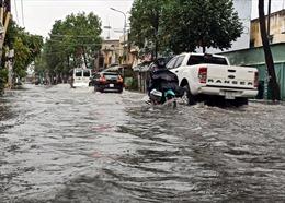 Mưa lớn kéo dài, nhiều tuyến đường ở TP Hồ Chí Minh ngập nặng