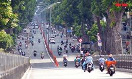 Đường phố TP Hồ Chí Minh vẫn đông đúc người đi lại, nhiều chốt kiểm soát ùn ứ