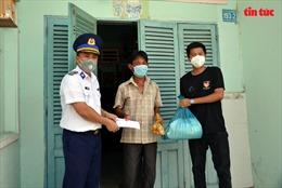 Cảnh sát biển Việt Nam trao tặng 300 suất quà cho bà con ngư dân huyện Cần Giờ