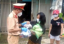 CSGT TP Hồ Chí Minh hỗ trợ 200 phần quà cho bà con nghèo trong các khu nhà trọ