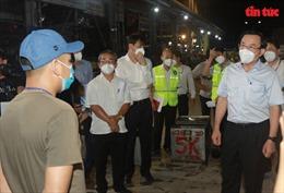 Bí thư Thành ủy TP Hồ Chí Minh Nguyễn Văn Nên kiểm tra chợ đầu mối Bình Điền trong đêm