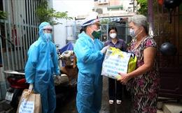 Các chiến sỹ nhà giàn DK1 tặng 300 túi quà an sinh cho người dân TP Hồ Chí Minh