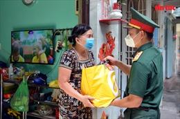 TP Hồ Chí Minh: Hàng trăm túi quà đến với các gia đình gặp khó khăn