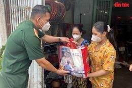 Trung đoàn Gia Định trao quà cho các trẻ em mồ côi cha mẹ vì dịch COVID-19