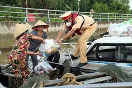 Cảnh sát đường thủy TP Hồ Chí Minh traoquà cho người dân có hoàn cảnh khó khăn