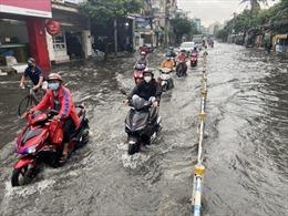 Mưa lớn kéo dài khoảng 30 phút, hàng loạt tuyến đường ở TP Hồ Chí Minh ngập nặng