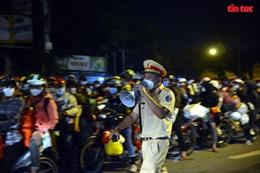 TP Hồ Chí Minh: Người dân ngủ vạ vật trên vỉa hè giữa đêm khuya trong hành trình về quê