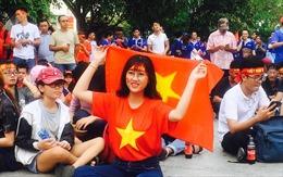 Cổ động viên 'ngập' phố đi bộ Nguyễn Huệ chờ đội tuyển Olympic Việt Nam thi đấu