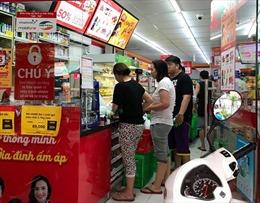 TP Hồ Chí Minh ngập sâu sau bão số 9, cửa hàng tiện lợi, siêu thị 'cháy hàng'