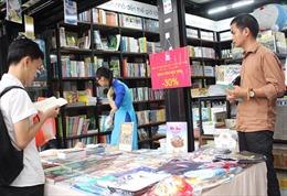 Nhiều loại sách giảm giá tới 50% nhân dịp cuối năm
