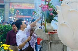 Người dân TP Hồ Chí Minh nô nức đi chùa cầu an trong ngày đầu năm