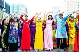 Chất liệu lụa truyền thống tôn vinh tà áo dài Việt Nam