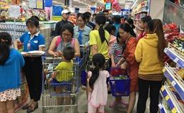 Người dân TP Hồ Chí Minh 'trốn' vào siêu thị để tránh nắng trong ngày nghỉ lễ