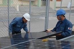 Người dân TP Hồ Chí Minh 'đua' nhau lắp điện mặt trời để giảm tiền điện