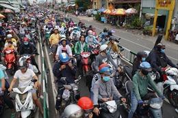 Người dân hối hả trở lại TP Hồ Chí Minh sau kỳ nghỉ lễ, giao thông ùn ứ