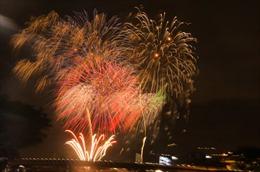 Người dân TP Hồ Chí Minh chen chân xem pháo hoa chào mừng Quốc khánh