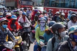 Người dân lỉnh kỉnh đồ đạc trở lại TP Hồ Chí Minh